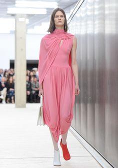 Superheldinnen tragen Pink! Wir zeigen Ihnen, wie man die Superhelden-Uniform als Cape im Alltag trägt. Plus Inspirationen vom Laufsteg Trends, Palms, Pretty In Pink, Germany, High Neck Dress, Glamour, Inspiration, Beauty, Outfits
