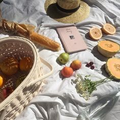 A picnic idea to get you inspired! beach summer picnic with fruits basket and baguette Summer Aesthetic, Aesthetic Food, Fall Inspiration, Design Inspiration, Sestri Levante, All I Ever Wanted, Summer Picnic, Food Photography, Brunch