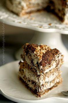 Tort bezowy z orzechami laskowymi i czekoladą