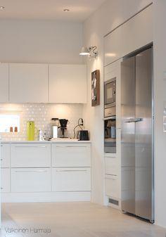 Asi es como me gustan las cocinas, muy sencillas y en blanco.