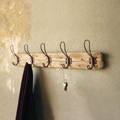 Vintage Garderobe aus alten Holzbrettern mit Nagelöchern