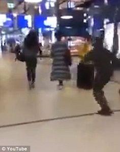 Un hombre tira al suelo de una patada a una mujer en un centro comercial - http://www.notiexpresscolor.com/2016/12/23/un-hombre-tira-al-suelo-de-una-patada-a-una-mujer-en-un-centro-comercial/