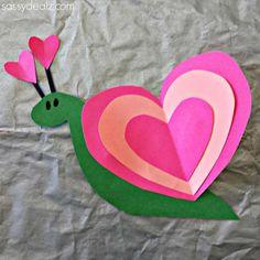 Que des beaux bricolages faits à partir de cœurs, tout ça pour la Saint-Valentin! Un billetsuper pratique pour les garderies et les écoles! Les enfants pourront choisir le modèle de leur choix s'ils sont assez vieux. Ou vous pourrez faire un patron
