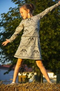 """####Mama, ich mag noch nicht ins Bett####  Der niedliche Bio-Jersey """"Bei Nacht"""" von lillestoff in hellgrau besteht zu 95 % aus Bio-Baumwolle und 5 % aus Elasthan. Er eignet sich von daher super für T-Shirts oder andere elastische Nähprojekte. Auf dem grauen Untergrund reiht sich eine Kette aus niedlichen Püppchen: Die Augen halb z0u, als wär der Sandmann gerade erst vorbei gekommen.  * 95 % Bio-Baumwolle, 5 % Elasthan * 150 cm breit * GOTS-zertifiziert  ####lillestoff####  Die Besonderheit…"""