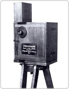 Cinematografo, Irmãos Lumière criado em 1895. Esta invenção, permitia registar uma série de instantes fixos em fotografas, criando uma ilusão de movimento.