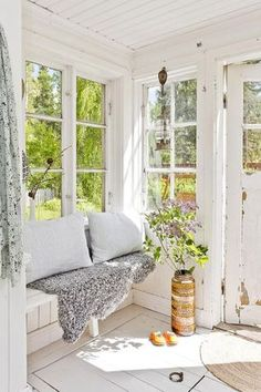 sunroom of my dreams. reminds me of meg& old porch. :) sunroom of my dreams. reminds me of megs old porch. Cozy Cottage, Cottage Style, Indoor Sunrooms, Coin Banquette, Estilo Country, Country Style, My Dream Home, Beautiful Homes, Sweet Home
