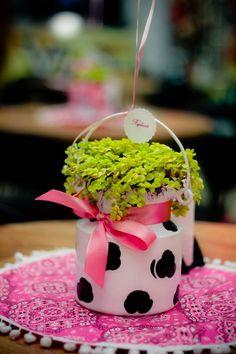 46 IDEIAS DE CENTRO DE MESA PARA FESTA FAZENDINHA! Cow Birthday, Farm Animal Birthday, Barnyard Party, Farm Party, Cow Baby Showers, Farm Cake, Cowgirl Party, Western Parties, Farm Theme