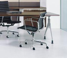Cadeira Telinha Diretor EA117, Charles & Ray Eames, 1958.   Com um grande senso de aventura, Charles e Ray Eames transformou sua curiosidade e entusiasmo sem limites, em criações que eles estabeleceram como uma grande equipe de design marido e esposa.