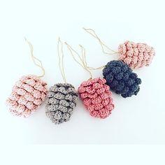"""227 Synes godt om, 15 kommentarer – Fasters Pind (@fasters_pind) på Instagram: """"⭐️ #pinecones #pinecone #grankogler #christmasdecor #hæklet #hækling #hæklerier #hækle #crochet…"""" Christmas Crochet Patterns, Crochet Christmas Ornaments, Handmade Christmas Decorations, Holiday Crochet, Crochet Stitches Patterns, Christmas Knitting, Crochet Home, Cute Crochet, Crochet Crafts"""