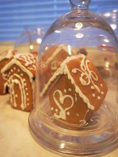 Pienet, suloiset piparkakkutalot ja muut jouluihanuudet!   #joulu #piparkakkutalo Snow Globes, Home Decor, Decoration Home, Room Decor, Interior Decorating