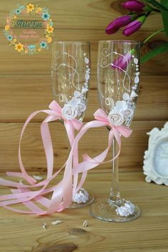 White&Pink wedding champagne glasses with beautiful roses-Romantic wedding toasting glasses-Wedding favor-Floral Toasting Flutes-WeddingGift Chic Wedding, Wedding Table, Wedding Favors, Wedding Ceremony, Wine Glass Crafts, Wine Glass Set, Wedding Toasting Glasses, Wedding Champagne, Champagne Glasses