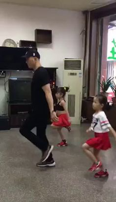 Funny Dance Moves, Cool Dance Moves, Like Father Like Daughter, Dad Daughter, Wow Video, Dance Humor, Cute Baby Videos, Dance Choreography Videos, Dance Routines