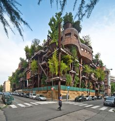 This apartment building in Turin, Italy Is disguised in potted forest of 150 potted trees and branching steel beams. Designed by Luciano Pia, this creation transforms Turin's homogeneous urban scene and blows life into the residential building. Architecture Cool, Landscape Architecture, Sustainable Architecture, Vertical Forest, Noise Pollution, Turin Italy, Apartment Complexes, Treehouses, Sustainable Environment