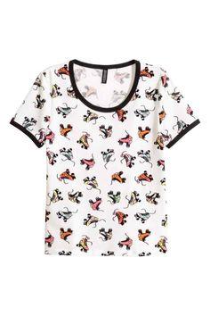 T-shirt estampada: T-shirt curta em jersey de algodão estampado com debrum em cor de contraste no decote e nas mangas.