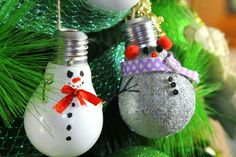 baumschmuck-christmas-bulbs-white-silver-snowman-fir-decorate Source by gina_wizo Christmas Light Bulbs, Colorful Christmas Tree, Christmas Baubles, Holiday Ornaments, Christmas Crafts, Christmas Trees, Pine Cone Decorations, Christmas Tree Decorations, Aluminum Can Crafts