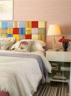 Uma cabeceira nova e colorida que renova o seu quarto, com retalhos de tecido costurados e forrando a espuma presa à parede!