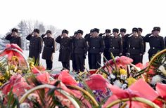 위대한 수령 김일성동지와 위대한 령도자 김정일동지의 동상을 찾아 인민군장병들과 각계층 근로자들, 청소년학생들 경모의 정 표시