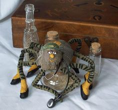 Araignée tissu Andréa Rainier, médecin    miniature  art textile poupée d'art sculpture souple
