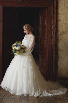 総レーススカートで存在感のある花嫁に