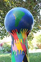 Large Globe of the Earth with paper mache. Ideal project to do with a group! Earth Day Projects, Earth Day Crafts, World Crafts, Art Globe, Diy For Kids, Crafts For Kids, Harmony Day, Art Environnemental, Earth Poster