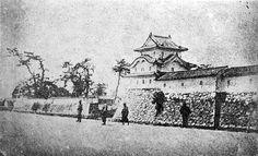 尼崎城 本丸伏見櫓 尼崎城の本丸には3基の三重櫓があったが、この櫓はそのうち本丸南西の隅にあったもの。巨大な唐破風と切妻破風は、尼崎城の三重櫓に共通して見られる意匠だった。左手は二の丸。明治初期撮影