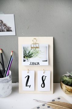 Creative DIY idea to make your own: DIY calendars made of plywood and insta . Kreative DIY Idee zum Selbermachen: DIY Kalender basteln aus Sperrholz und Insta… Creative DIY DIY idea: DIY calendars made from plywood and instax instant pictures Diy Tumblr, Diy Décoration, Easy Diy Crafts, Decor Crafts, Sell Diy, Fun Diy, Diy Kalender, Tumblr Rooms, Diy Room Decor Tumblr