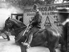 A mounted police constable in London unsheathes his baton, while escorting cold storage vans on their way to Smithfield meat market during the transport workers strike. (Photo by Topical Press Agency/Getty Images). 1912