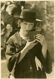 actress dorothy gish + petit lapin