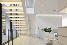 Casa toda branca com planta - arquitetura e decoração minimalista maravilhosas! Piso em mármore carrara