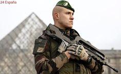 Un soldado dispara a un hombre armado con un cuchillo que intentaba entrar al Museo del Louvre