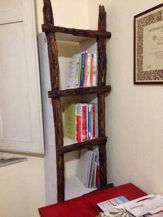 Libreria con una vecchia scala