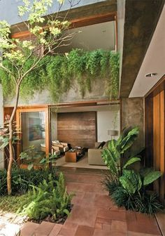 Casa em L, com jardin interno lindooo! Madeira, vidro, verde, piso de terra, segundo andar aberto! Gosto muuuuuito dessa opcao!