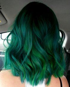 *-* Eine Grüne Mähne schulterlang mit tollen Farbtönen und Wellen drin