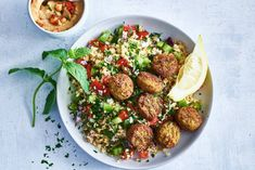 Tabouleh is a Lebanese salad with bulgur and fresh herbs: delicious! – Recipe – All kinds of Tabouleh is a Lebanese salad with bulgur and fresh herbs: delicious! Falafel Salad, Bulgur Salad, Falafel Recept, Middle East Food, Middle Eastern Recipes, Falafels, Lebanese Salad, Healthy Recepies, Healthy Food