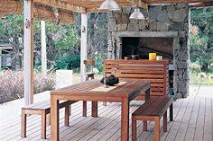 Ocho propuestas para que vistas tu jardín  La madera y la piedra forman una dupla cálida inigualable para armar un área de parrilla.         Foto:Archivo LIVING