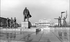 Lenin hallitsi Novosibirskin keskusaukiota vuonna 1979. Statue Of Liberty, Louvre, Building, Travel, History, Construction, Trips, Liberty Statue, Traveling