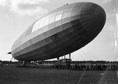 """1916/17 - Marine-Luftschiff """"L 30"""" (Erstfahrt 28. Mai 1916, außer Dienst gestellt November 1917) auf einem Flugfeld mit Bodenpersonal (BArch, Bild 134-B3221) ☺"""