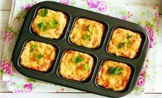 Ingredientes: •400 gr. de puré de papas •60 gr. de queso parmesano rallado •3 huevos •Cebollinos •100 gr. de tocino en trozos •Sal y pimienta