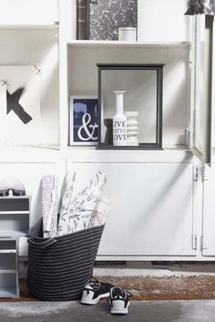 KARWEI   Combineert altijd goed; verschillende accessoires in dezelfde zwart/witte kleurstelling. #muurdecoratie #wooninspiratie #karwei