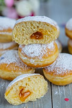 Flaumige Krapfen nach österreichischem Rezept - Mrs Flury - gesund essen & leben Donut Recipes, Sweets Recipes, Vegan Recipes, Desserts, Great Recipes, Favorite Recipes, Recipe Maker, Herbal Detox, Sweet Bakery