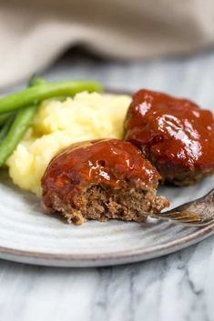 Mini Meatloaves in a muffin tin? These Mini Meatloaf Muffins are so yummy and sure to please even your pickiest eater! (Get the mini meatloaf muffin recipe below. Mini Muffins, Mini Meatloaf Muffins, Mini Meatloaf Recipes, Beef Recipes For Dinner, Ground Beef Recipes, Meat Recipes, Cooking Recipes, Amish Recipes, Dutch Recipes