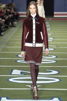Бордовая модная куртка 2016 с меховыми вставками – фото новинка от Tommy Hilfiger
