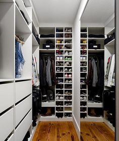 Awesome Small Walk-In Closet Design Ideas and Inspiration for Modern Home Decor Small Walk In Wardrobe, Walk In Closet Design, Small Closets, Wardrobe Design, Wardrobe Closet, Closet Designs, Master Closet, Closet Bedroom, Small Rooms