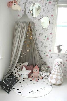 style cocooning, tipi gris, guirlandes lumineuse avec des étoiles dorées, jouets, chambre cocooning