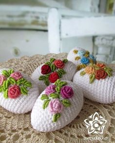 crochet egg, roses crochet egg, roses Learn the fact (generic term) of how to needlecraft (generic t Crochet Christmas Ornaments, Holiday Crochet, Crochet Gifts, Easter Projects, Easter Crafts, Spring Crafts, Holiday Crafts, Yarn Crafts, Diy And Crafts