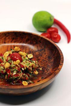 har besøg af dem jeg var i Thailand Thai Recipes, Kung Pao Chicken, Serving Bowls, Chili, Spicy, Tableware, Food, Asia, Dinnerware