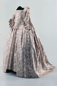 Robe (women). Silk, white and purple patterned into stripes, Manteau, cotter pin and Jupe. 1750 - 1800