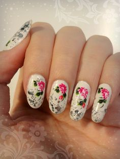 Ida-Marian kynnet / White polish with glitter and water decals / #Nails #Nailart