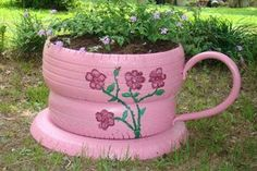 Do not throw out old tires, but reuse them! Find out awesome DIY craft ideas how to reuse your old tires! Garden Crafts, Garden Projects, Old Tire Planters, Tire Craft, Tire Garden, Tyres Recycle, Recycled Tires, Upcycle, Used Tires