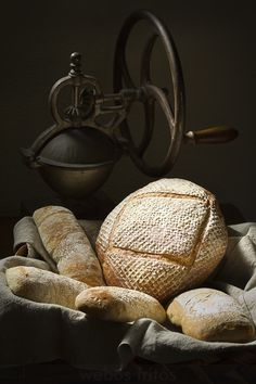 Still Life ~ Pan con webos fritos, ¡ya! Food Photography Styling, Food Styling, Photography Ideas, Butter Bakery, Spoon Bread, Our Daily Bread, Bread And Pastries, Wine Cheese, Artisan Bread